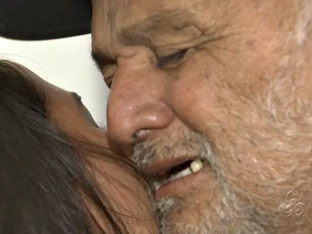 Gileno se emocionou ao reencontrar familiares (Foto: Reprodução/TV Amazonas)