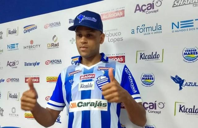 Carlinhos já foi apresentado oficialmente pelo CSA — Foto: Emanuelle Borba/GloboEsporte.com