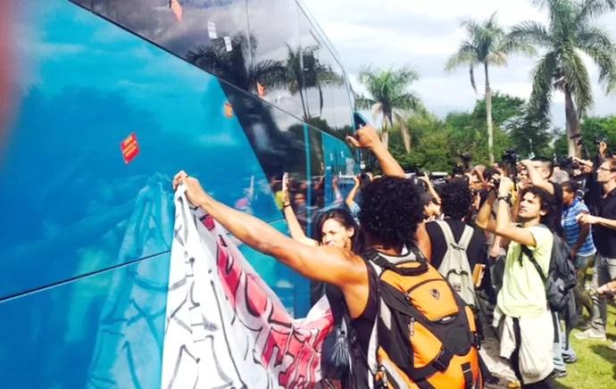 Manifestação apresentação seleção brasileira (Foto: Marcelo Baltar)