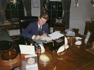O ex-presidente dos EUA, John F. Kennedy assina uma proclamação para a interdição da entrega de armas ofensivas para Cuba durante a crise dos mísseis, na Casa Branca, em Washington em 23 de outubro de 1962 (Foto: Cecil Stoughton/The White House/John F. Kennedy Presidential Library/Reuters)