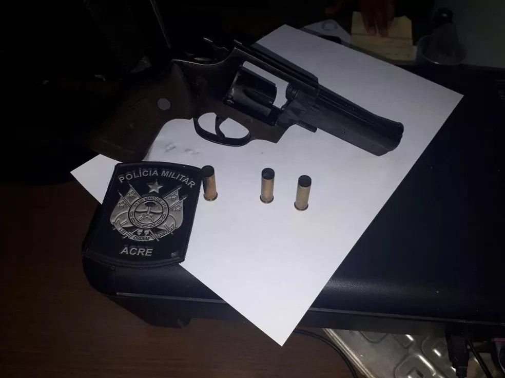 Arma estava com o suspeito (Foto: Adelcimar Carvalho/G1)