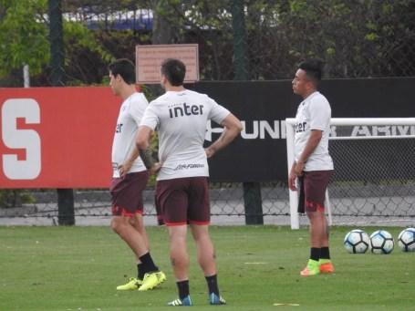 Cueva (à dir.) volta ao São Paulo após defender a seleção peruana (Foto: Marcelo Hazan)