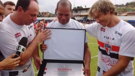 Ceni e, Lugano entregam placa do São Paulo a Aloísio (Foto: Leonardo Freire/GloboEsporte.com)