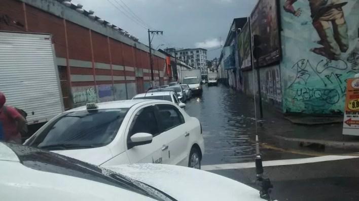 Congestionamento e alagamento na Gaspar Viana (Foto: Gil Sóter/G1 PA)