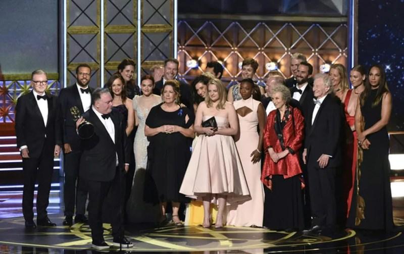 Elenco e equipe de 'The Handmaid's Tale' recebe o Emmy de melhor série dramática (Foto: Frederic J. Brown/AFP)