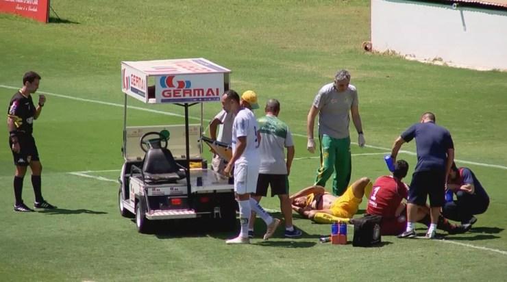 Bruno Mota e Tom fora rapidamente atendidos pelos médicos no gramado  — Foto: Reprodução/TV TEM