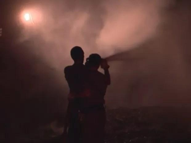 Bombeiros tiveram trabalho para apagar o incêndio (Foto: Reprodução/TV TEM)