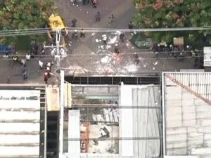 Desabamento aconteceu na manhã deste sábado (Foto: Reprodução / TV Globo)