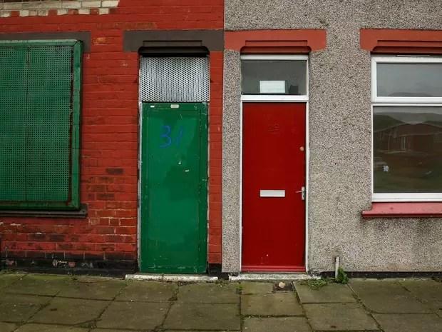 Pessoas que buscam asilo na cidade de Middlesbrough, no norte da Inglaterrax, estão sofrendo abusos por terem sido abrigados em casas cujas portas são predominantemente vermelhas, o que as torna alvos fáceis para racistas (Foto: Phil Noble/Reuters)
