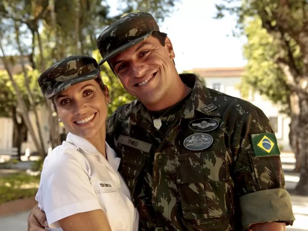 Érica namora Théo no iníco da trama (Foto: Salve Jorge/TV Globo)