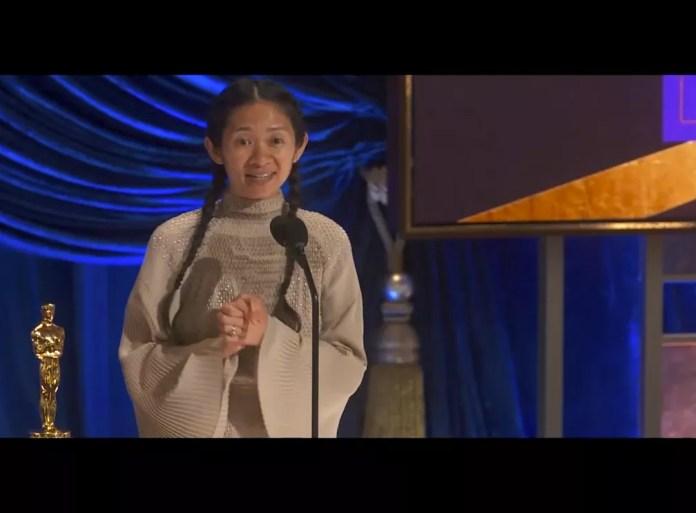 Chloe Zhao faz história como primeira mulher asiática a vencer o Oscar na categoria de direção — Foto: ABC via AP