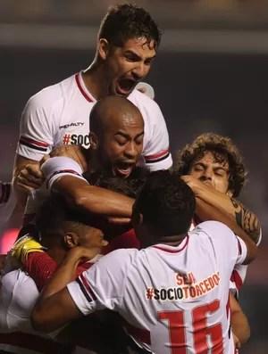 Jogadores do São Paulo comemoram gol (Foto: Rubens Chiri / saopaulofc.net)