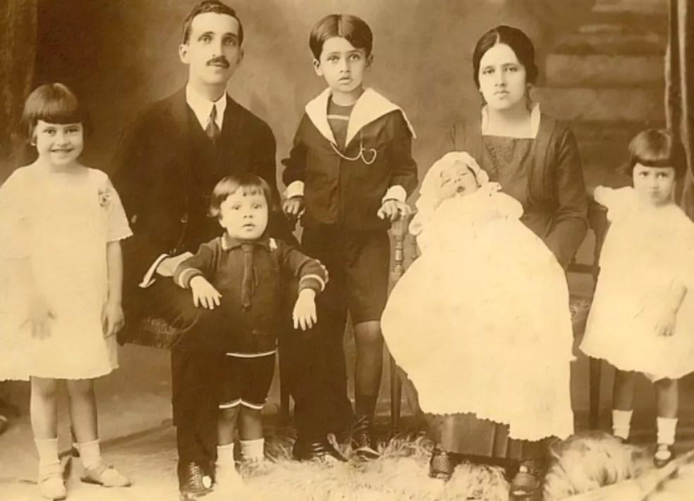 Irmã Dulce, ainda criança, à esquerda da foto, com a família — Foto: Reprodução/Site da Osid