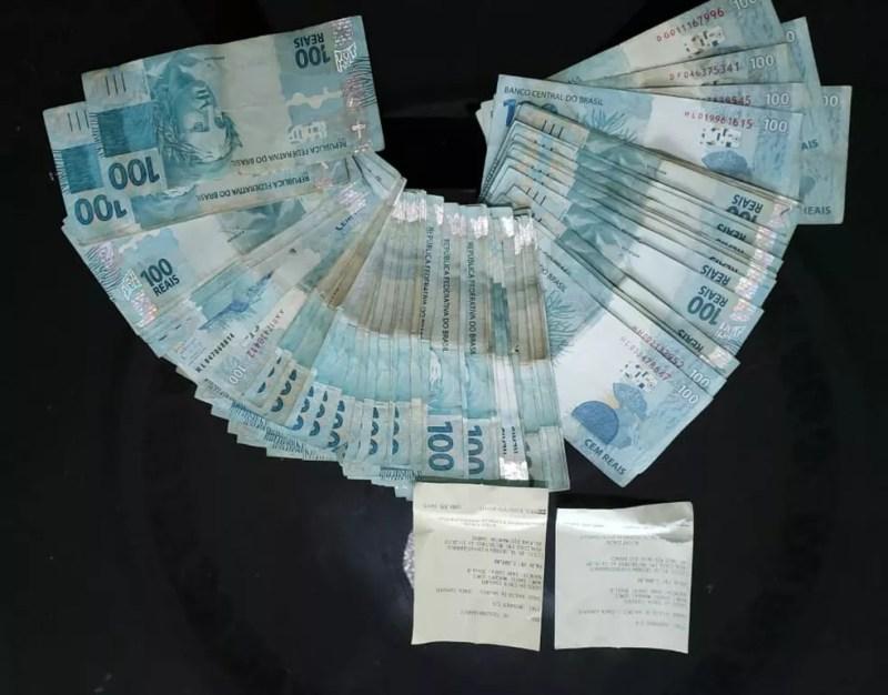 Dinheiro encontrado na casa de Roniel — Foto: Reprodução