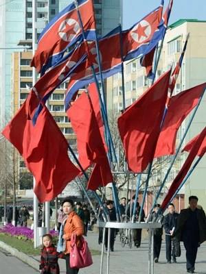 Bandeiras norte-coreanas 'decoram' a cidade de Pyongyang em comemoração ao aniversário de seu fundador (Foto: AP Photo/Kyodo News)