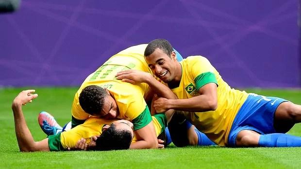 Sandro comemora gol do Brasil contra a Nova Zelândia (Foto: Reuters)