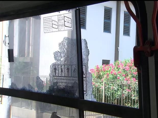 Ônibus é apedrejado no bairro da Ribeira, em Salvador (Foto: Imagem/TV Bahia)