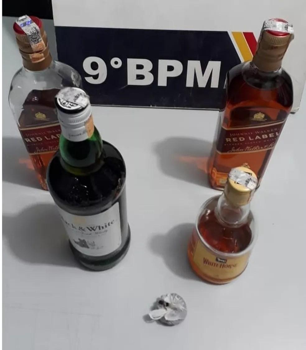 Foram encontradas garrafas de bebida e droga na suíte do motel em Cuiabá — Foto: Polícia Militar de Mato Grosso