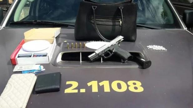 Armas foi apreendida com Jackson, segundo a polícia (Foto: SSP/ Divulgação)