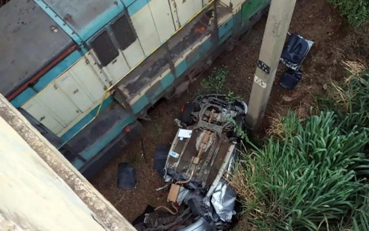 Carro destruído após acidente na Rodovia Luiz de Queiroz, em Americana — Foto: Corpo de Bombeiros/Divulgação