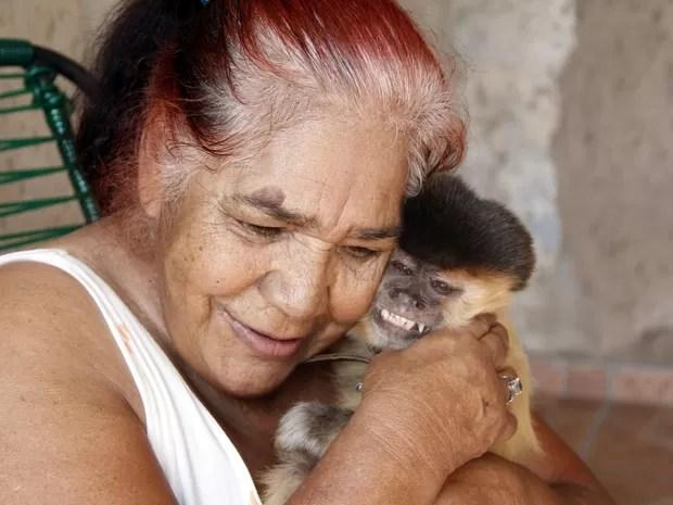 Chico adora ficar no colo de dona Elizete (Foto: Fabio Rodrigues/G1)