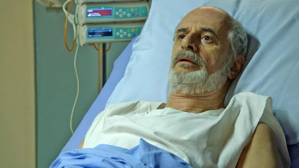 Sóstenes (Marcos Caruso) diz a León (Eduardo Moscovis) que quer saber toda a verdade, em 'O Sétimo Guardião' — Foto: TV Globo