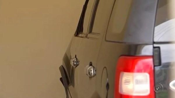 Carro de ex-vereador perdeu retrovisor após atropelamento em Pindorama (SP) (Foto: Reprodução/TV TEM)