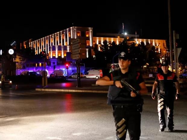 Policiais são vistos de guarda perto do quartel-general militar em Ancara, na Turquia. O primeiro-ministro Binali Yildirim afirma que há tentativa de golpe no país (Foto: Tumay Berkin/Reuters)