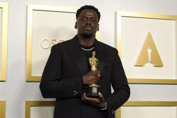 """Daniel Kaluuya com o Oscar de ator coadjuvante por """"Judas e o Messias Negro"""" — Foto: AP Photo/Chris Pizzello"""