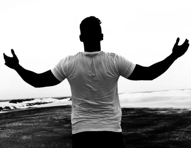 Gusttavo Lima posta foto com mãos levantadas ao céu (Foto: Reprodução/Instagram)