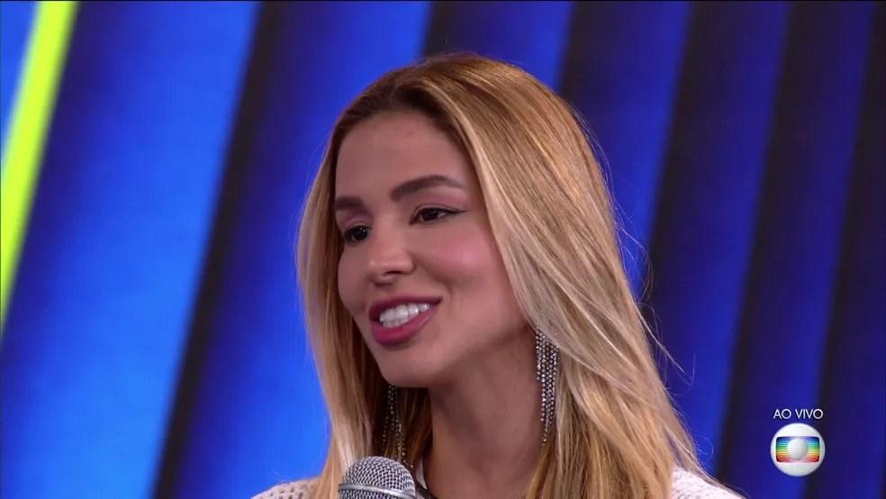 BBB21: Kerline conversa com Tiago Leifert na primeira noite de Eliminação do reality — Foto: Globo