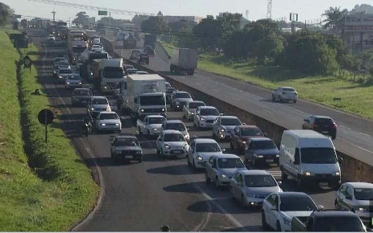 Trânsito no local ficou congestionado por pelo menos uma hora (Foto: Reprodução/TV TEM)