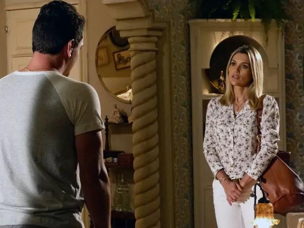 Érica avisa para Théo que Élcio está sendo patrocinado por Lívia (Foto: Salve Jorge/TV Globo)