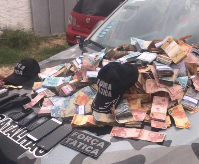 Dinheiro que seria roubado do banco foi apreendido. — Foto: Divulgação/ Polícia Militar
