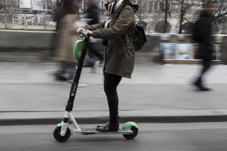Uso de patinete deve ser regulamentado — Foto: Kenzo Tribouillard / Afp