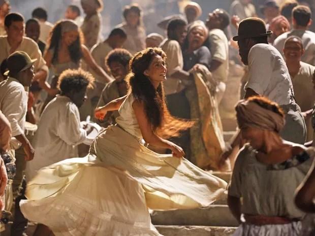 Camila dançando (Foto: Lado a Lado/TV Globo)