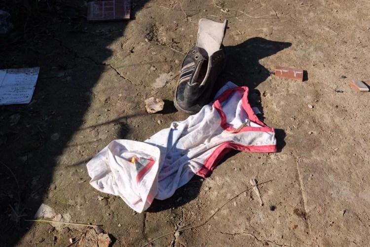 Roupas e calçados de venezuelanos foram abandonados em meio aos atos de vandalismo em Pacaraima, Norte de Roraima (Foto: Inaê Brandão/G1 RR)