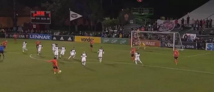 Linha de impedimento do Corinthians falha em gol do Shakhtar (Foto: Reprodução)