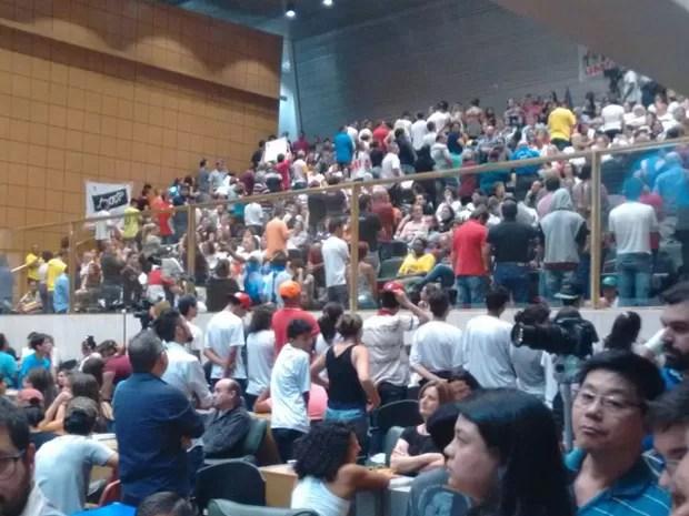 Professores dão as costas para a bancada onde o secretário da Educação Herman Voorward discursava na Assembleia Legislativa de São Paulo (Foto: Roney Domingos/G1)