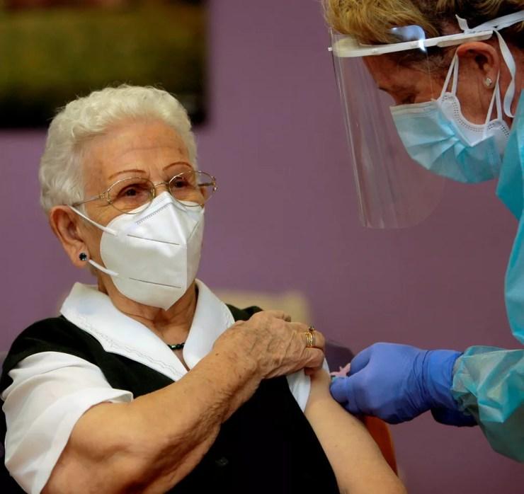 A espanhola Araceli Hidalgo recebe a vacina contra a Covid-19 na Espanha — Foto: Pepe Zamora/Reuters