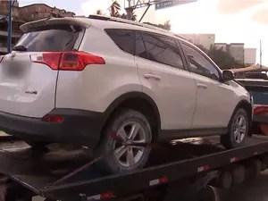 Carro em que suspeitos estavam tinha sido roubado em estacionamento de supermercado (Foto: Reprodução/TV Bahia)