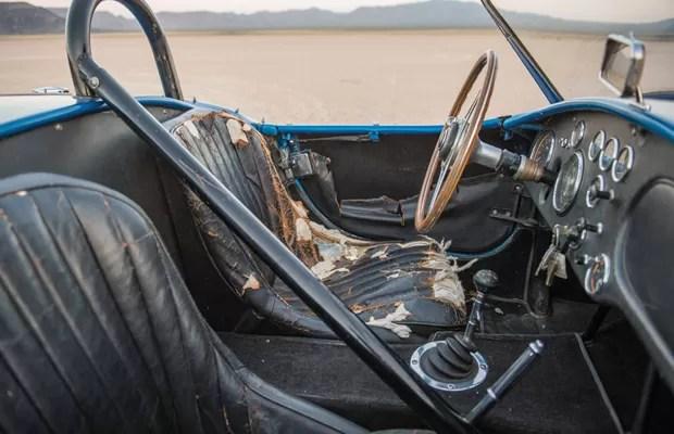 Interior do Shelby Cobra original ainda terá que ser restaurado (Foto: Divulgação)