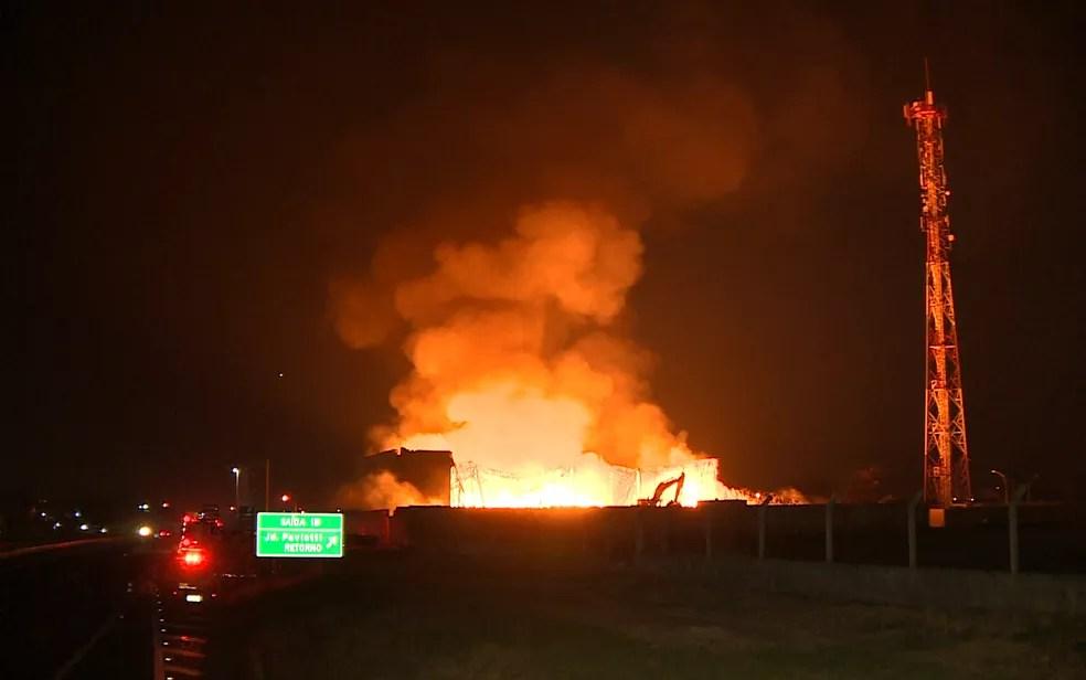 Fogo atinge galpão de recicláveis em Hortolândia (Foto: Reprodução/EPTV)