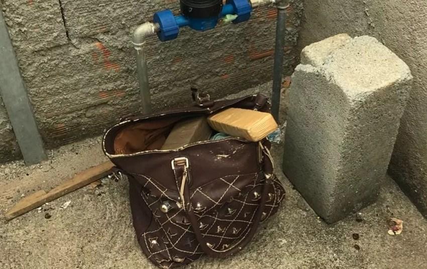 Maconha estava em uma bolsa  (Foto: Polícia Militar de Divinópolis/Divulgação)