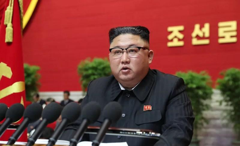 Líder da Coreia do Norte,  Kim Jong-un discursa durante abertura do 8º congresso do partido único — Foto: STR / KCNA VIA KNS / AFP