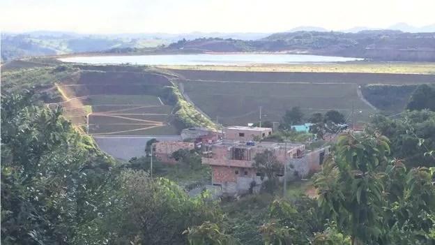 Vista de Congonhas ao lado da barragem; casas mais próximas estão a apenas 250 metros das paredes da barragem (Foto: BBC)