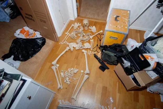 Polícia também achou fotos da mulher em que ela aparece envolvida em atividades sexuais com o esqueleto. (Foto: AFP)