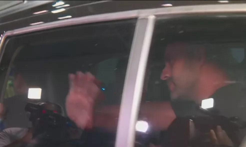 Daniel Silveira acena para apoiadores na saída da PF rumo ao Batalhão Prisional da PM — Foto: Reprodução/GloboNews