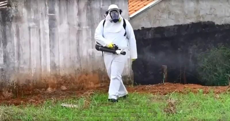 Agente passa veneno contra o mosquito da dengue em Jales — Foto: Reprodução/TV TEM
