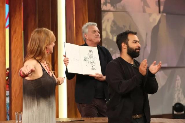 Rafael e Laerte dão desenho para Bial (Foto: Carol Caminha/Gshow)